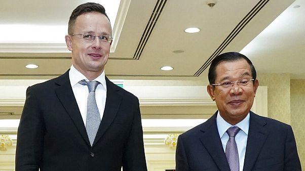 Szijjártó Péter a kambodzsai miniszterelnökkel, Hun Szennel.