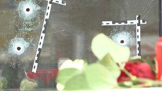 Flores junto a uno de los establecimientos cuyos clientes fueron atacados en Viena