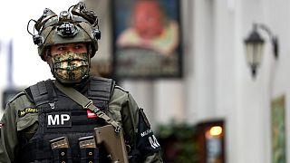 ضابط من الشرطة العسكرية النمساوية يقف في موقع الجريمة قرب كنيس في فيينا. النمسا - 2020/11/04