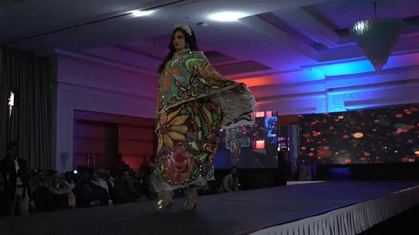 عارضة أزياء سودانية على المنصة خلال عرض في الخرطوم. 2020/10/31