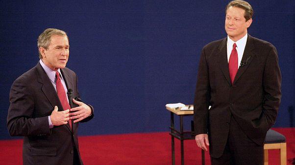 المرشح الجمهوري جورج ولكر بوش على اليسار، يتحدث أمام المرشح الدبمقراطي آل غور، خلال ثالث مناظرة في جامعة واشنطن. 2000/10/17