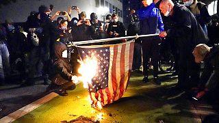 Az amerikai zászlót is elégették a portlandi tüntetésen