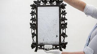 Ce miroir a appartenu à la reine Marie-Antoinette. Il a été découvert dans les toilettes d'une famille britannique.