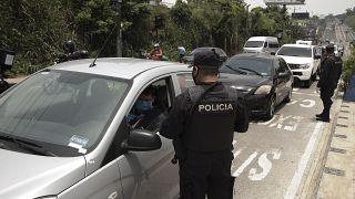 Control policial durante una estricta cuarentena domiciliaria ordenada por el gobierno en San Salvador, El Salvador