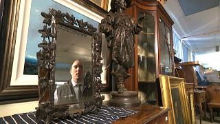 Andy Stowe (East Bristol Auctions Ltd) schaut in den Spigel