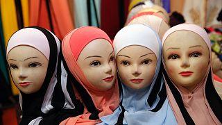 Более половины французов-мусульман в возрасте до 25 лет (57%) считают, что законы шариата важнее, чем законы республики
