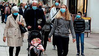 Fransa'nın Saint Jean de Luz kentinde sokakta yürüyen vatandaşlar