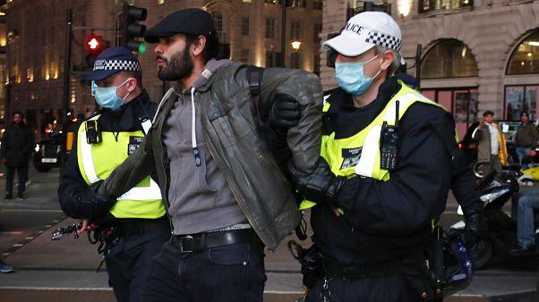 Arrestation d'un manifestant à Londres, 5 novembre 2020