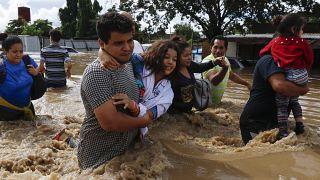 شارع غمرته المياه في أعقاب إعصار إيتا في هندوراس