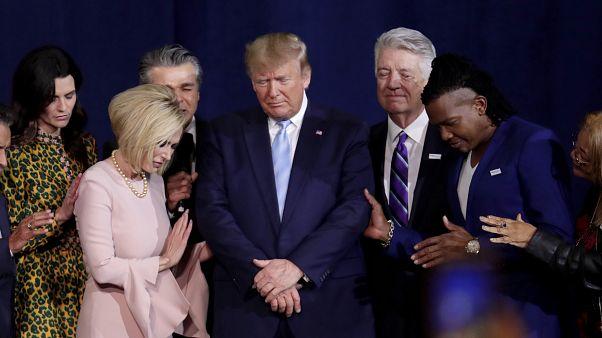باولا وايت بالفستان الزهري ومجموعة من الإنجيليين إلى جانب ترامب