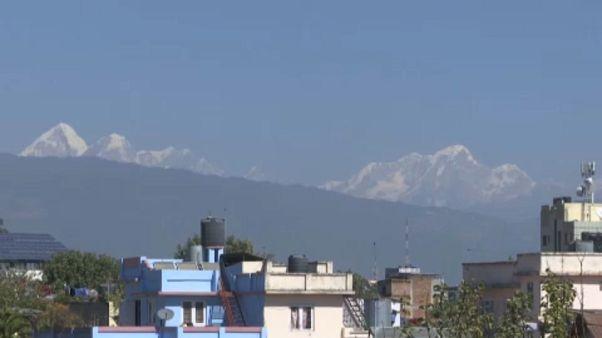 A nepáli főváros, háttérben a Himalája hegyei