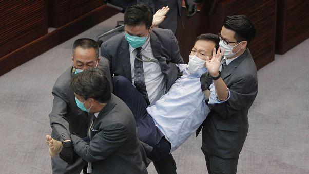 Hongkongban már májusban letartóztattak több parlamenti képviselőt, akik szembenálltak a kínai kormány álláspontjával