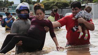 Schwangere Frau wird in Planeta, Honduras, in Sicherheit gebracht