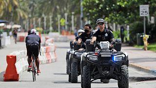 عناصر الشرطة الأمريكية خلال قيامهم بدورية في شوراع ميامي بيتش ـ فوريدا. 2020/07/04