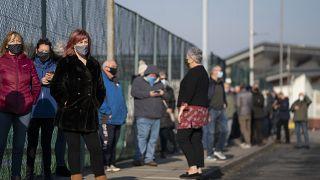 أناس مصطفون في ليفربول لإجراء اختبار كوفيدـ19. 2020/11/06