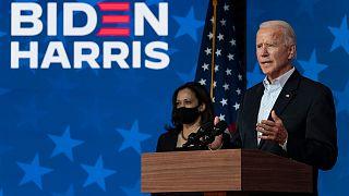 جو بايدن المرشح الديمقراطي وإلى جانبه مرشحة نائب الرئيس كامالا هاريس في ولمنغتون. 2020/11/05