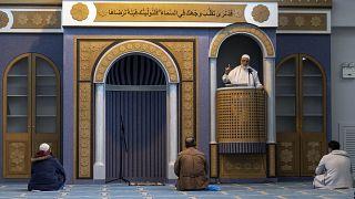 Στιγμιότυπο από την προσευχή της Παρασκευής στο τέμενος της Αθήνας