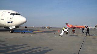 شاهد: رجل روسيا القوي يجر طائرة (36 طنا) مسافة 25 مترا في 58 ثانية