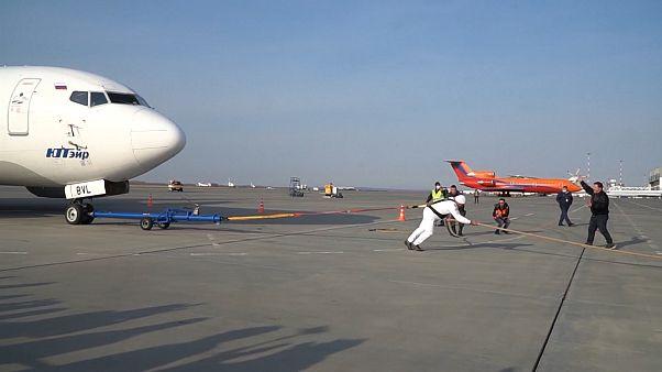 Új rekordot állított be repülőgép-vontatásban Oroszország legerősebb embere