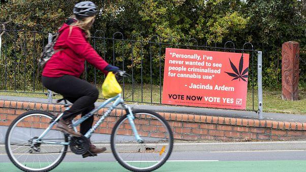 Plakát a népszavazás előtti napokban a marihuána legalizálása mellett