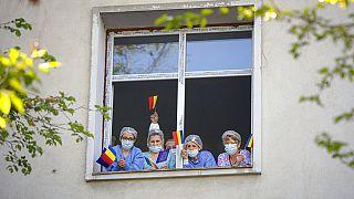 Egészségügyi dolgozók egy bukaresti kórház ablakában