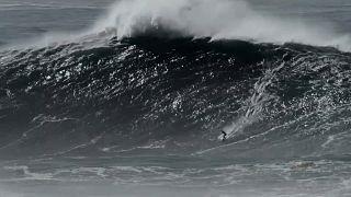 Justine Dupont bewältigt in Nazaré eine 21,3 Meter hohe Welle