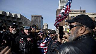 Белый дом в окружении протестующих против Дональда Трампа