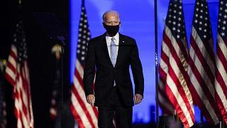 Joe Biden sale sul palco per pronunciare il suo discorso della vittoria