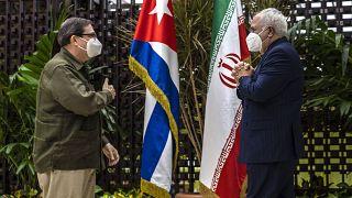 وزير الخارجية الإيراني محمد جواد ظريف يحيي وزير الخارجية الكوبي برونو رودريغيز باريلا في كوبا