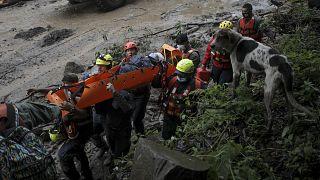 فرق الصليب الأحمر تساعد المنكوبين بعد الأضرار التي سببها إعصار إيتا