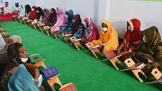 Bangladeş Dawatul Islam Tritio Linger Medresesi'nde Kur'an dersi için hazırlanan trans bireyler