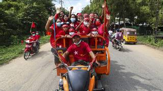 İktidar partisi NLD taraftarları