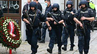 Erősen felfegyverzett utcai járőrözés Bécsben, a terrortámadás után