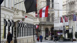 راية سوداء معلقة على جدار منزل في فيينا ـ النمسا. 2020/11/04