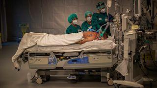 Au service réanimation de l'hôpital MontLegia CHC à Liège en Belgique, le 6 novembre 2020