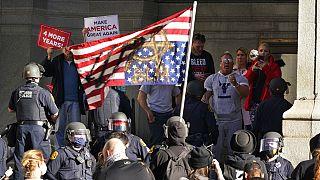 Pensylvania'da seçim sandıkları önünde Trump yanlılarının protestoları sürüyor.