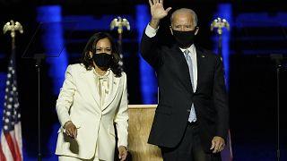 El presidente electo Joe Biden y la vicepresidenta electa Kamala Harris al pronunciar su primer discurso oficial.