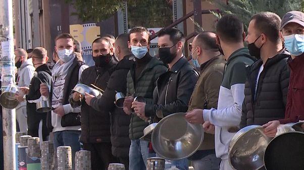 رستورانداران کوزوویی با نواختن قابلمههای خالی به دولت اعتراض کردند