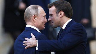 Rusya Devlet Başkanı Vladimir Putin (solda), Fransa Cumhurbaşkanı Emmnuel Macron (sağda)