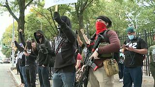 شاهد: مناصرون لبايدن وترامب يحملون الأسلحة خلال مظاهرات بأتلانتا بعد إعلان نتائج الانتخابات