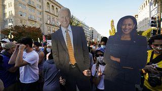 صورة للرئيس المنتخب جو بايدن ونائبته كامالا هاريس يرفعها مؤيجون للديمقراطيين في واشنطن. 2020/11/07