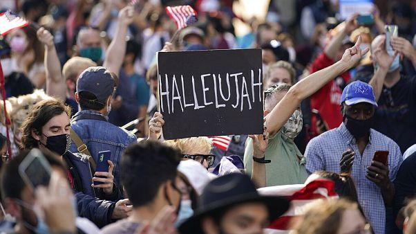 جشن پیروزی بایدن در میدان تایمز؛ نیویورکیها «هله لویا» خواندند