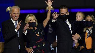 Der designierte Präsident Joe Biden mit seiner Frau Jill Biden und seiner Familie nach dem Wahlsieg in Wilmington