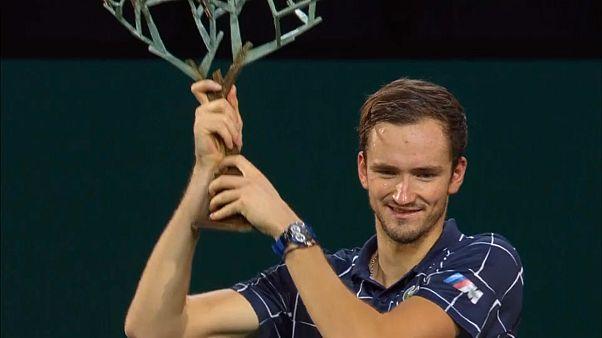 Daniil Medvedev avec le trophée du Masters 1000 de Paris-Bercy