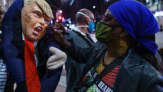 """مؤيدو بايدن يحتفلون بالفوز في لوس أنجلس، وعلى دمية تجسد ترامب كتب: """"أنت مطرود"""". 2020/11/07"""