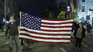 Manifestantes israelitas seguram bandeira dos EUA após vitória de Biden