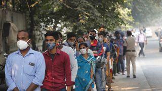 Hindistan'da Covid-19 testi sırasında bekleyenler