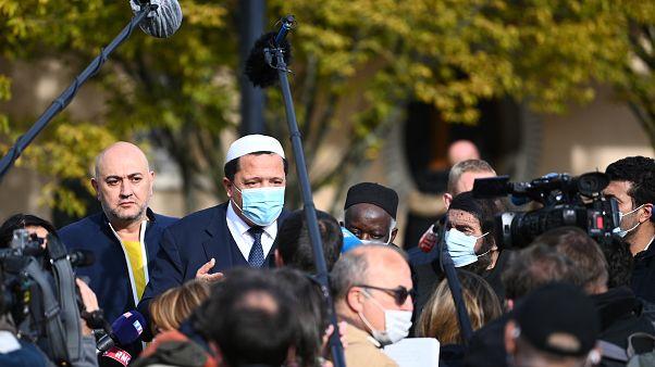 إمام درانسي حسن شلغومي يتحدث إلى أئمة أمام مدرسة بوادولن الثانوية تكريما لروح سامويل باتي شمال غربي باريس ـ 2020/10/19