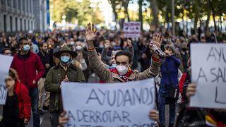 İspanya'nın başkenti Madrid'de bir grup, koronavirüs salgınına yönelik tedbirleri protesto etti
