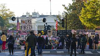Die Plakatwand aus der Partynacht vor dem Weißen Haus zieht viele Schaulustige an